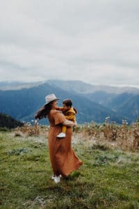 Dans les Pyrénées une Séance maternité à Luchon | Remember Happiness Photographie