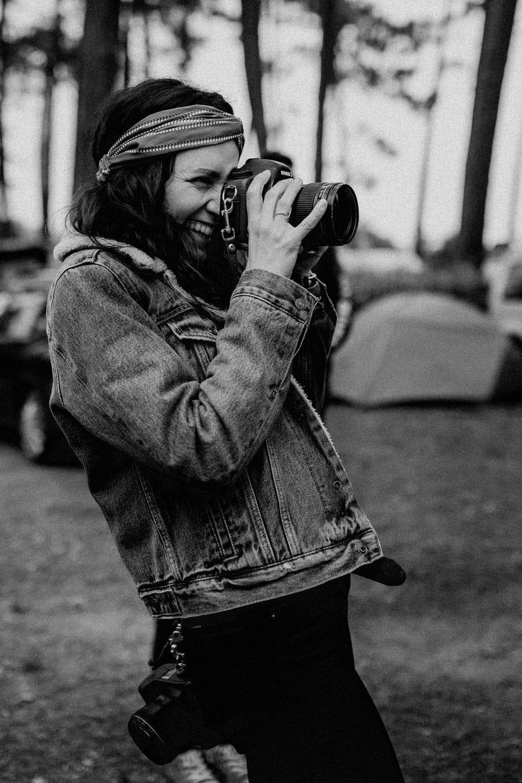 emilie eychenne prend une photo en noir et blanc
