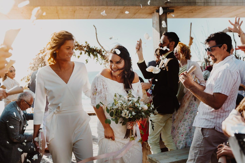couple de mariees en sortie de ceremonie