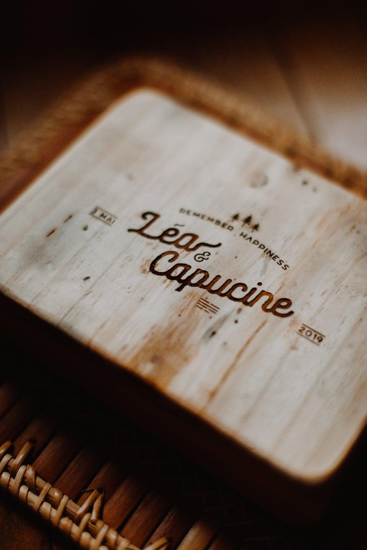 boite en bois avec prenoms graves