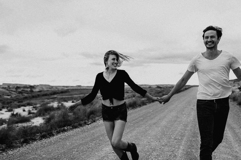 couple qui court sur une route