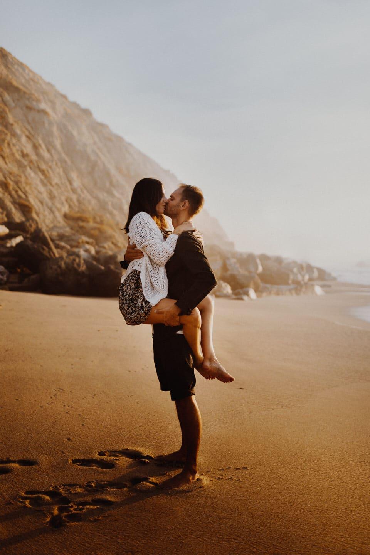 couple qui s'embrasse sur la plage