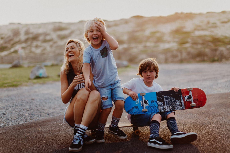 maman et ses deux garçons sur un skate