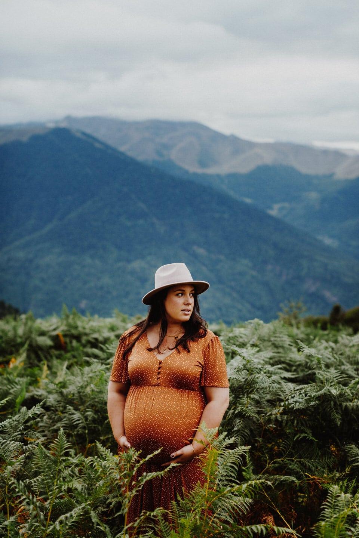 maman enceinte dans champ de fougeres